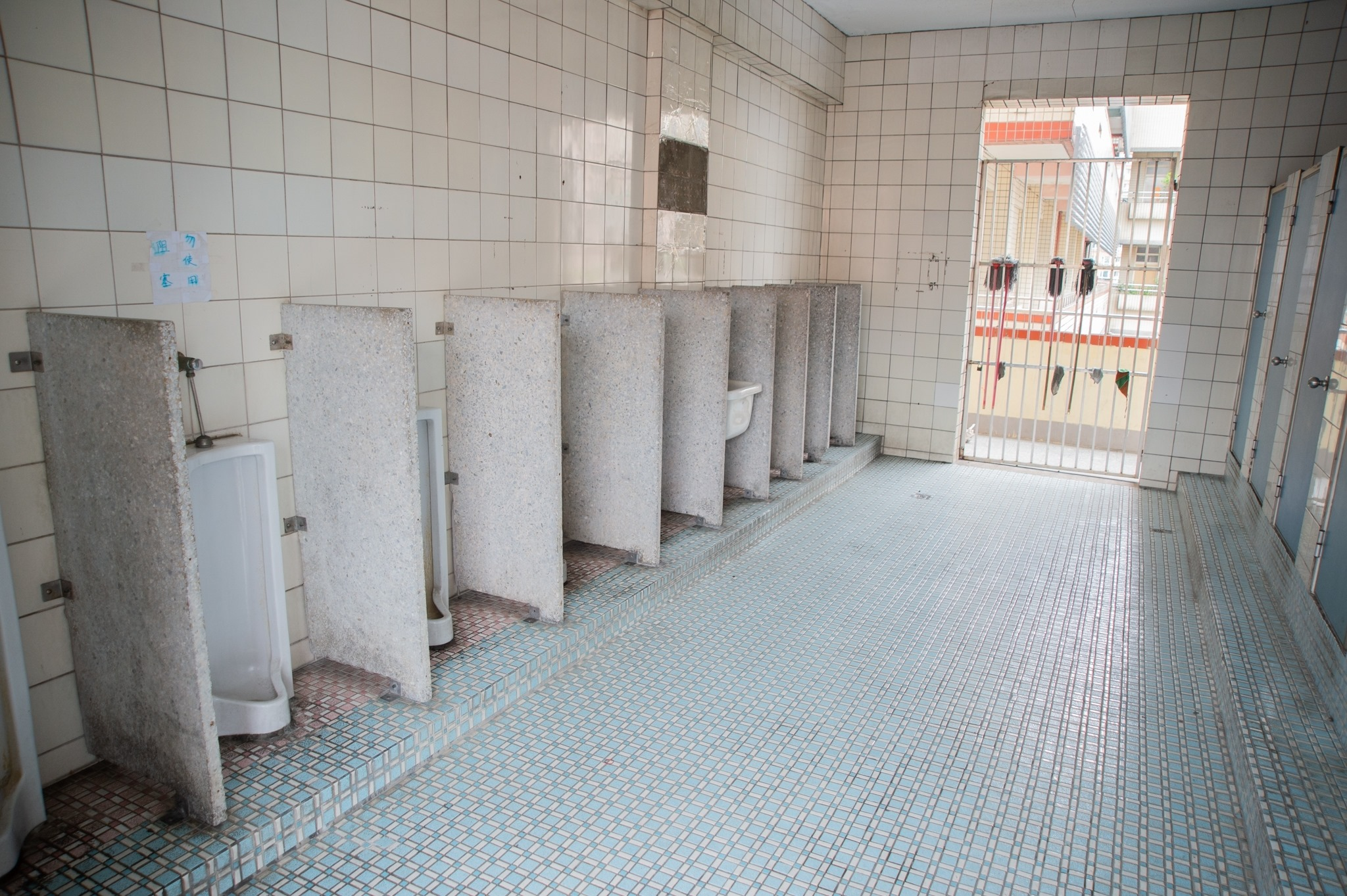 三多國小廁所老舊,一條溝式設計也易產生異味。