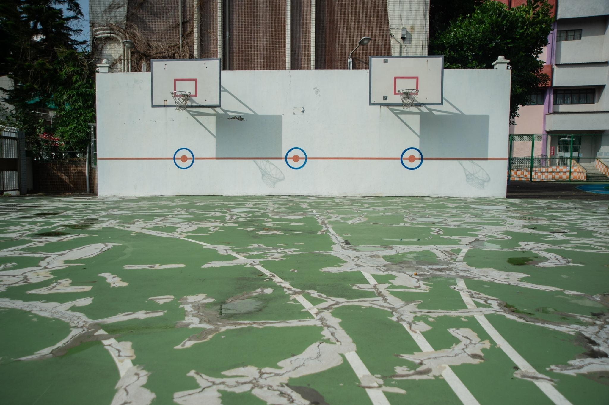 樹林國小籃球場嚴重龜裂。
