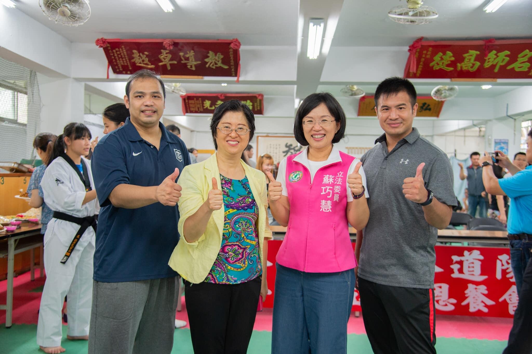 左起為宋玉麒教練、鄭杏玲校長、楊復傑教練