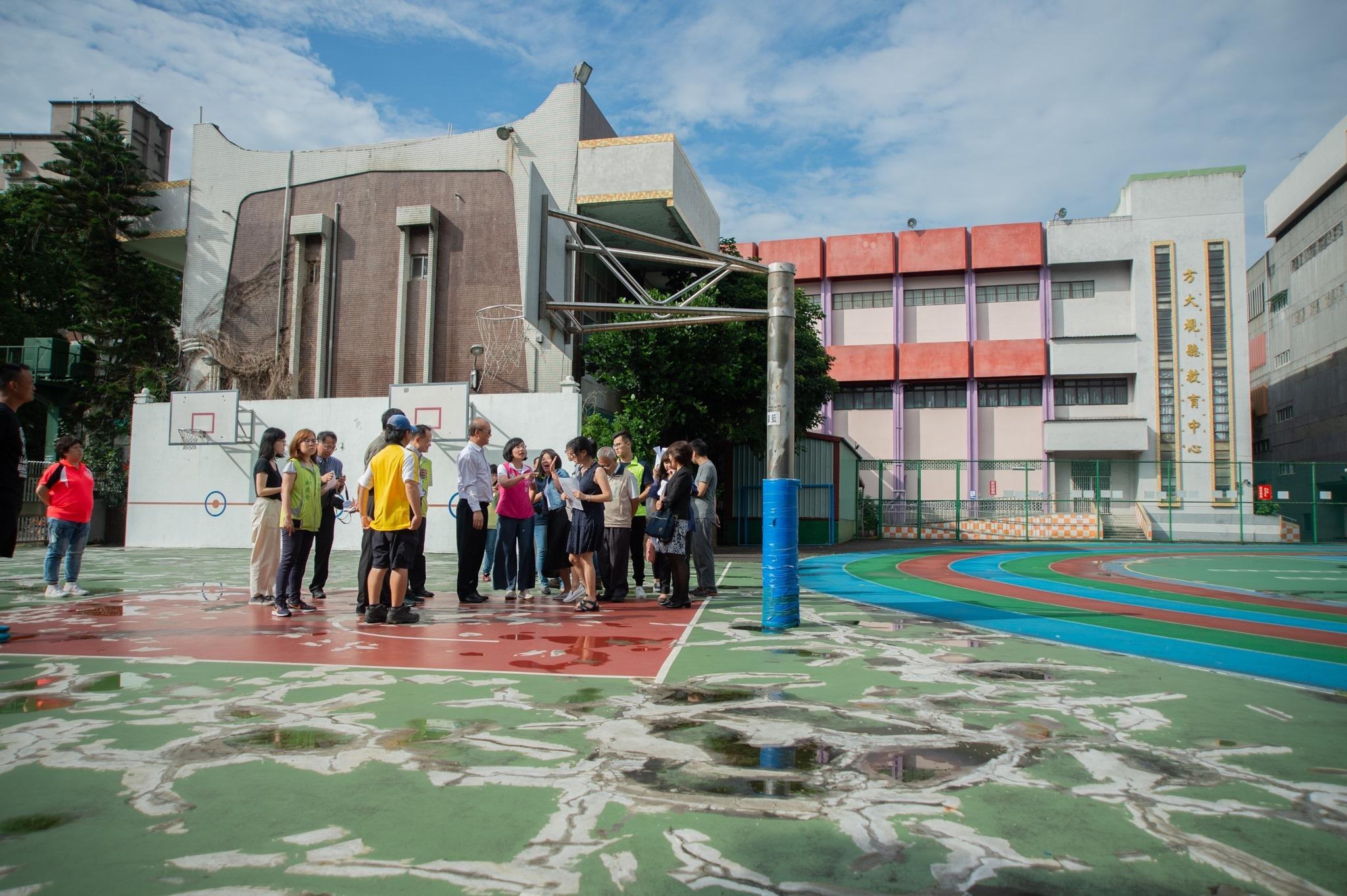 樹林國小籃球場鋪面龜裂十分嚴重,影響學生打球時的安全,