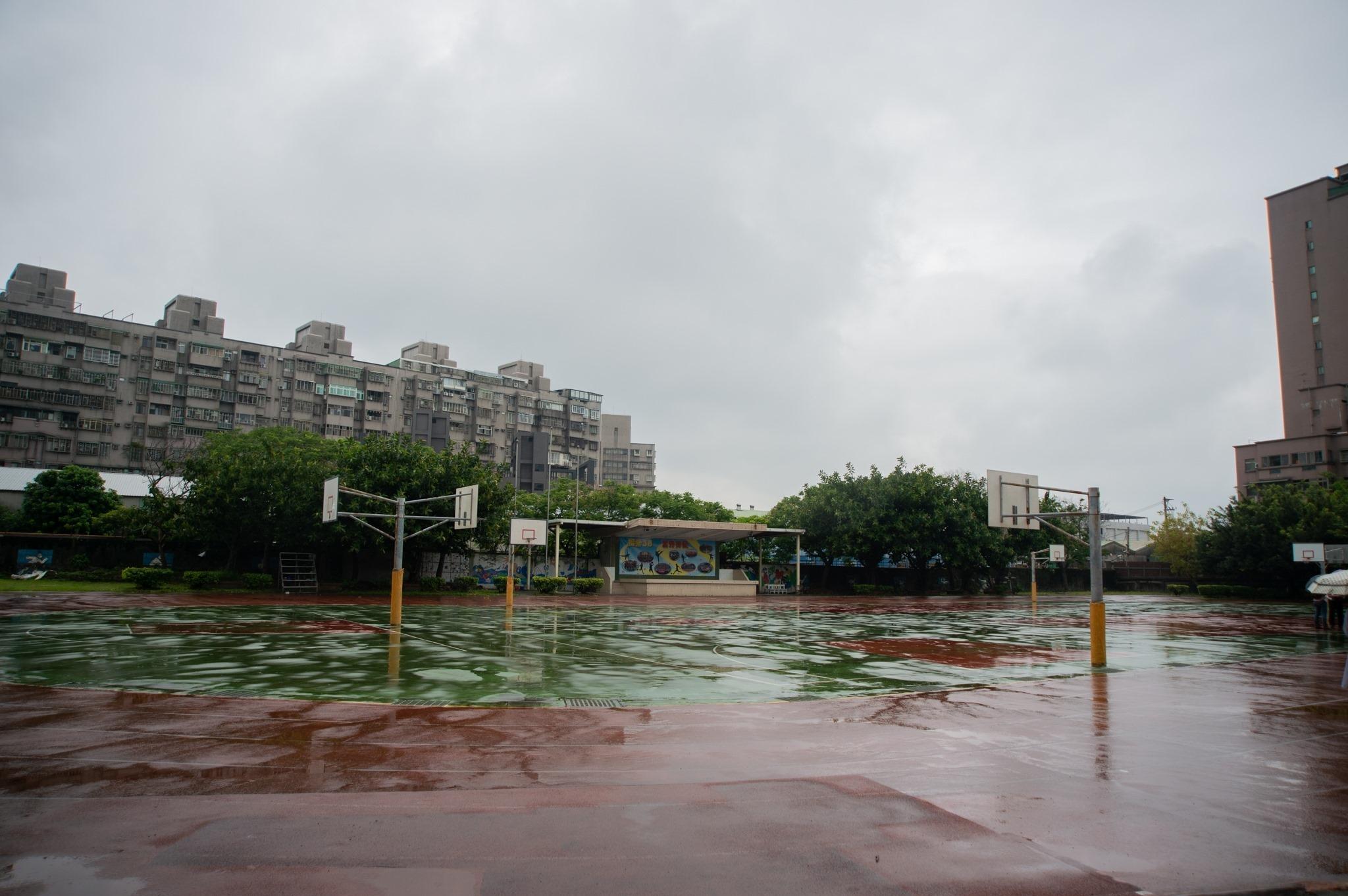 福營國中跑道破損,有多次修補痕跡,且逢雨必積水。