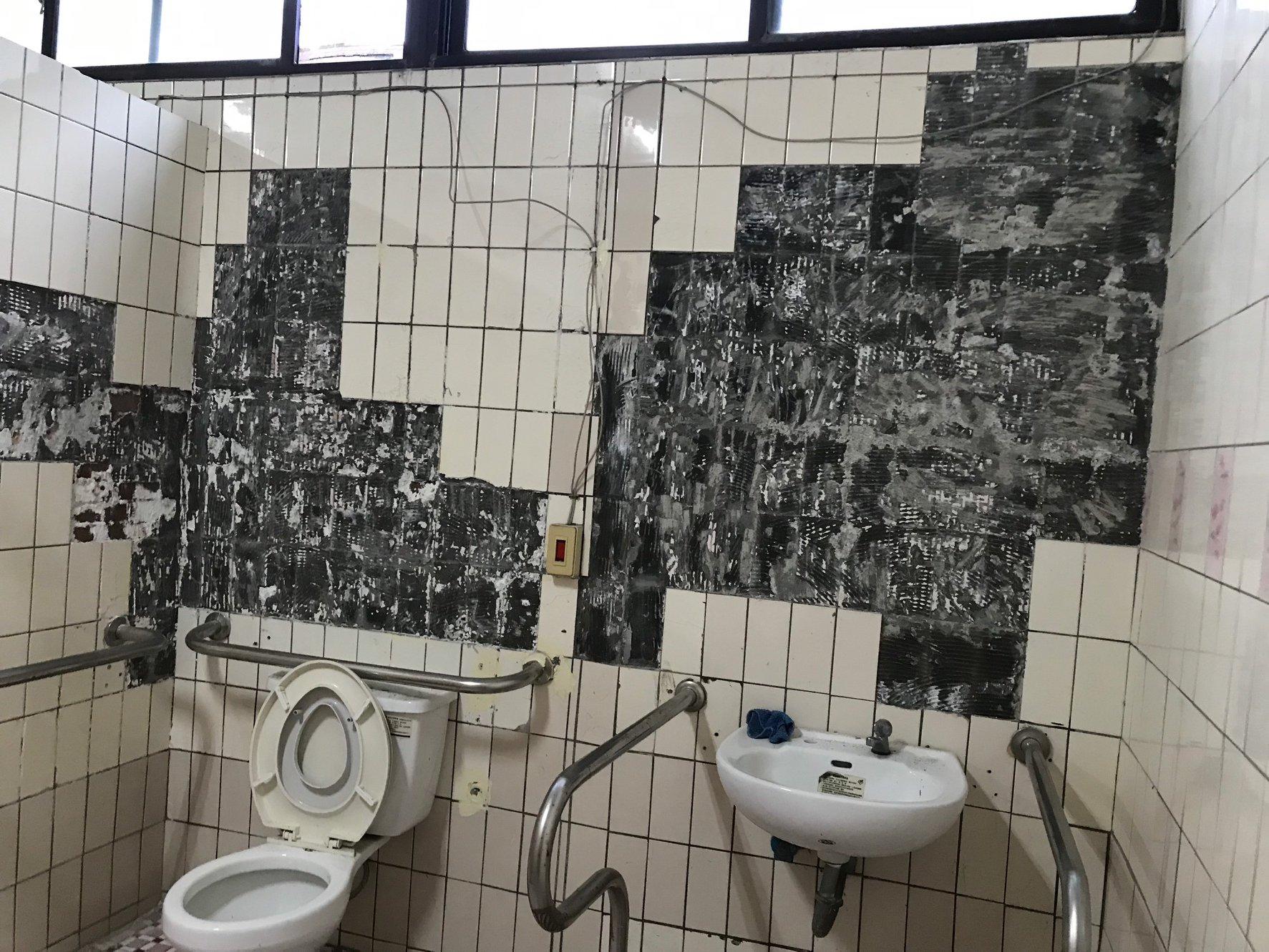 建國國小廁所老舊,磁磚剝落問題嚴重,且異味難聞,讓孩子們寧願憋尿回家,不敢上學校廁所。