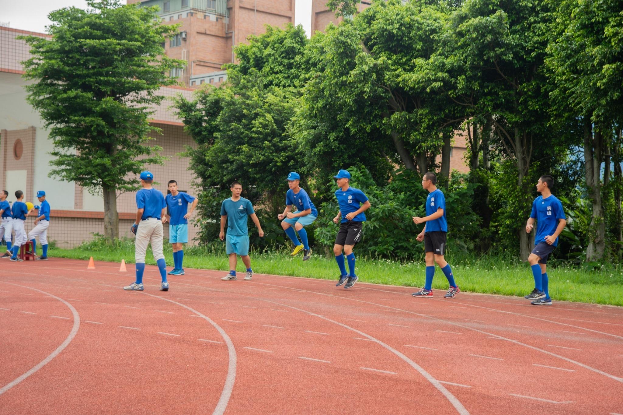 尖山國中棒球隊和一般班級共用運動場地,影響練習品質。