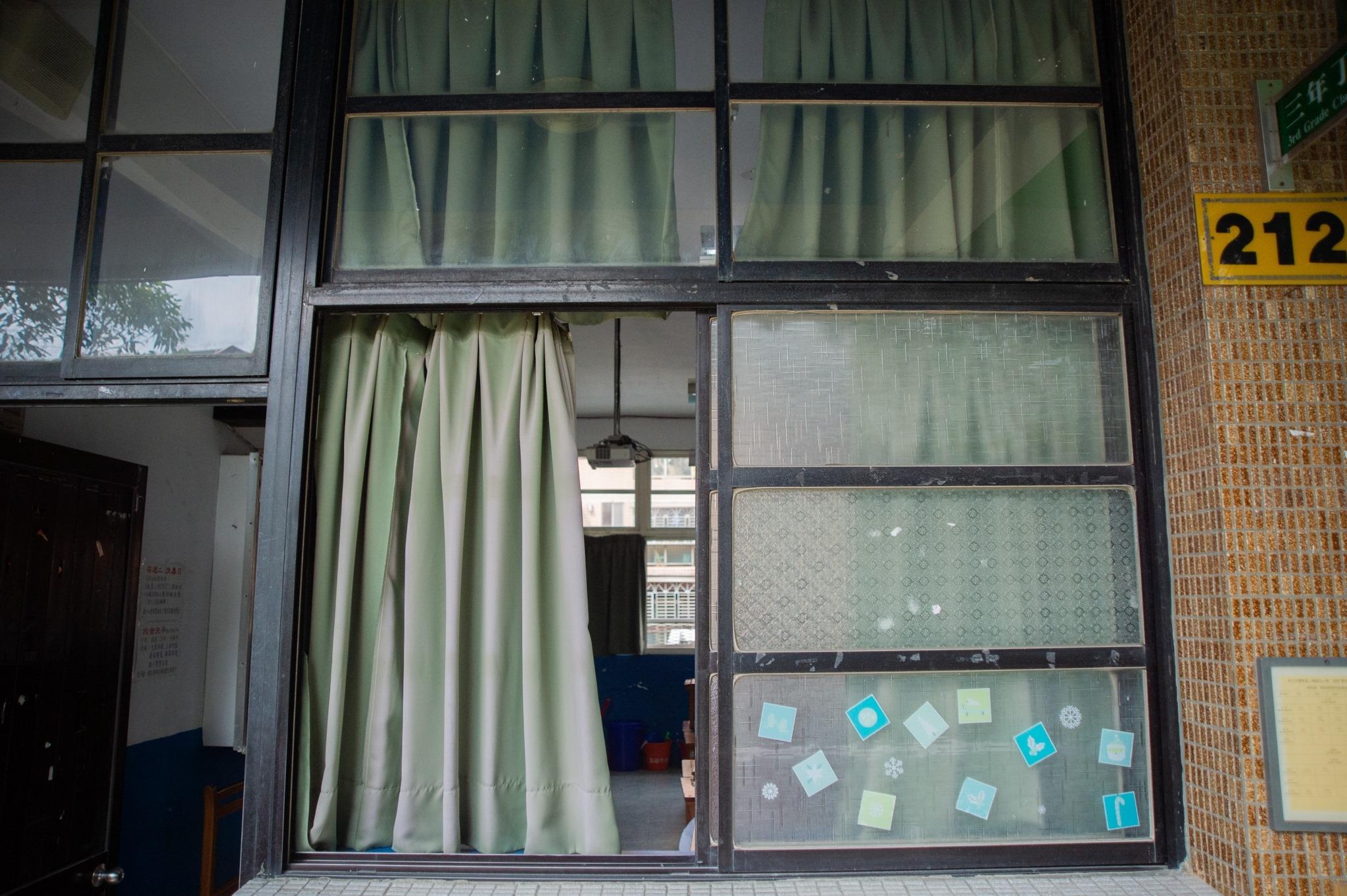 二橋國小門窗還是老式毛玻璃,不是無法正常開啟,就是一打開就掉下來,爭取到整新汰換經費,希望新學期就給孩子們全新、安全的門窗!